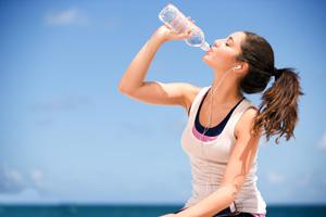 روزانه چه مقدار آب باید بنوشیم