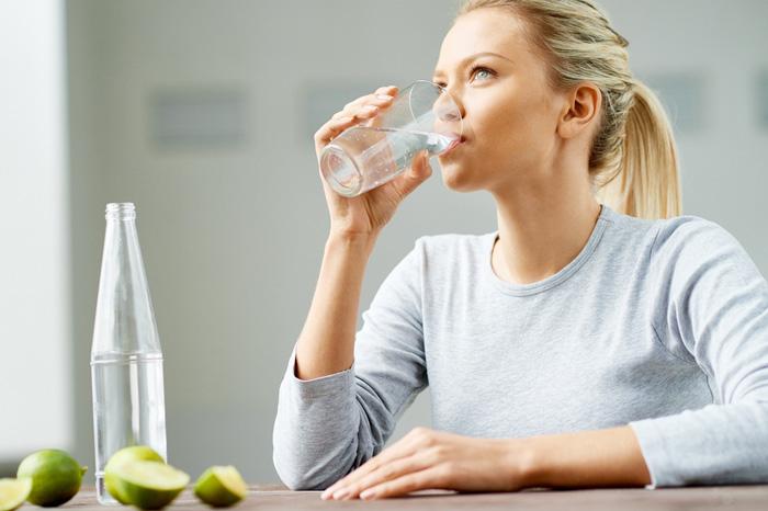 10 اثر فوق العاده نوشیدن آب بر روی پوست